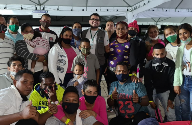 thumbnail de Grupo de refugiados e migrantes desembarca em Minas Gerais para trabalhar na região Sul do estado