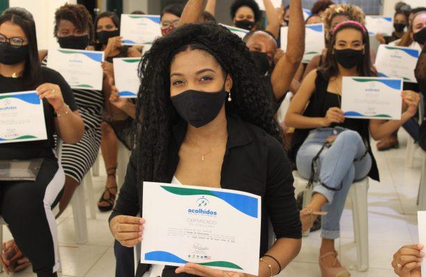 thumbnail de Moradores de Novos Alagados concluem capacitação para atuar no ramo de estética, em Salvador (BA)