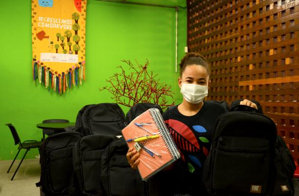 thumbnail de Jovens do Instituto Árvore da Vida recebem doação de kits de material escolar