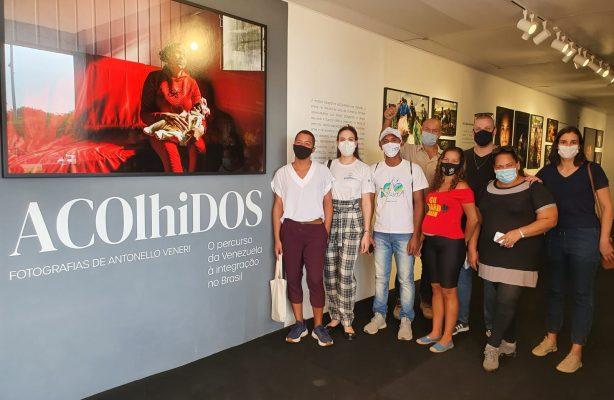"""thumbnail de Venezuelanos refugiados visitam a exposição """"Acolhidos"""", em Brasília"""