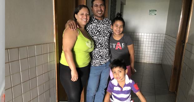 """thumbnail de """"Sinto que minha família está protegia aqui"""", diz venezuelana interiorizada pelo projeto Acolhidos por Meio do Trabalho"""