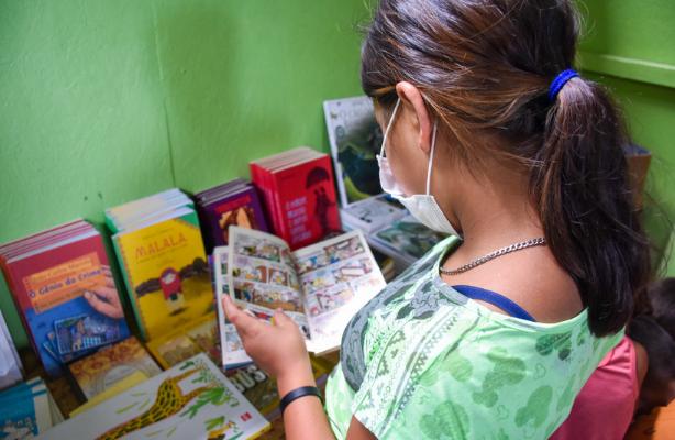 """thumbnail de Jovens, refugiados e leitores: bibliotecas do """"Mi Casa, Tu Casa"""" são implementadas em abrigos de Boa Vista"""